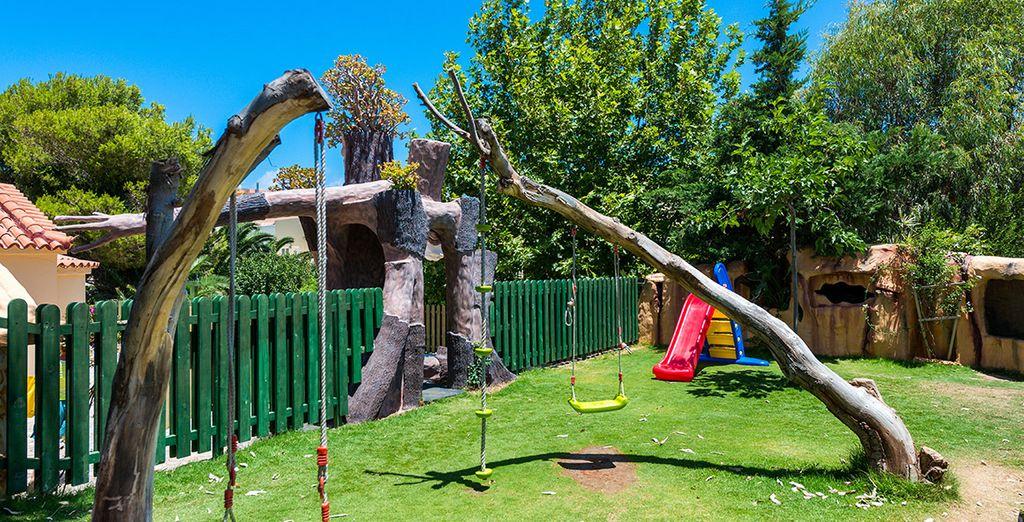 Mentre i vostri bimbi giocano felici al miniclub legato al tema degli antichi miti degli alberi viventi di Hobbits e Entmont