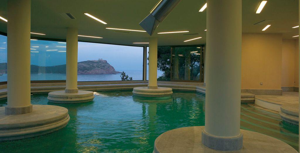 o fate un tuffo nella piscina coperta con vista sul mare