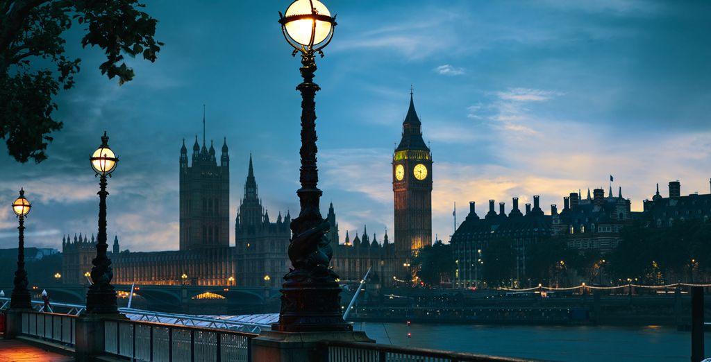 Ammirate i maestosi monumenti illuminati dalle luci della sera