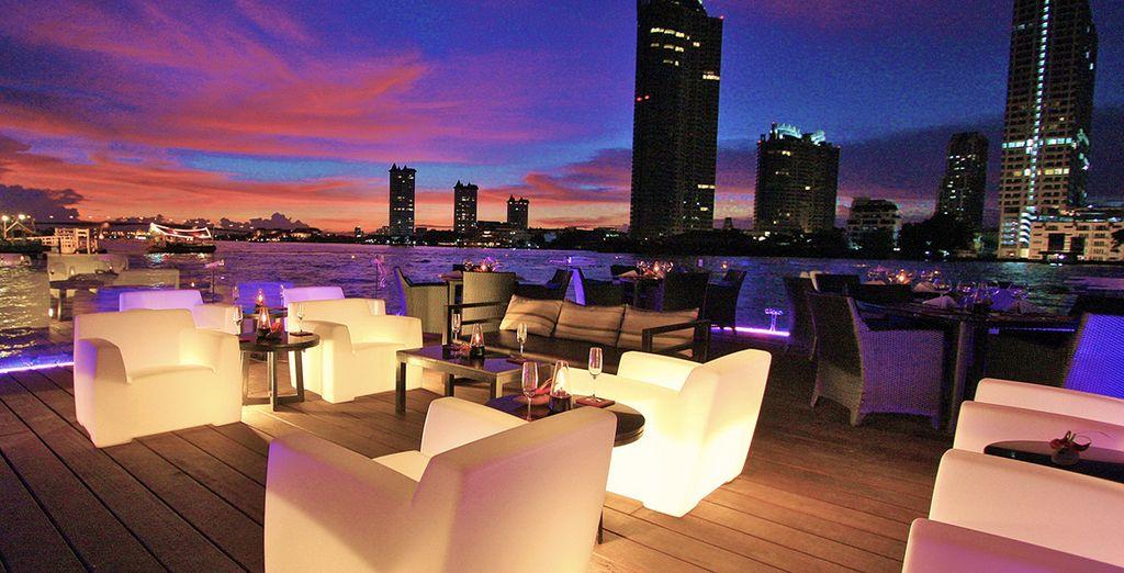 e godervi le magiche atmosfere di sera con viste sullo skyline di Bangkok
