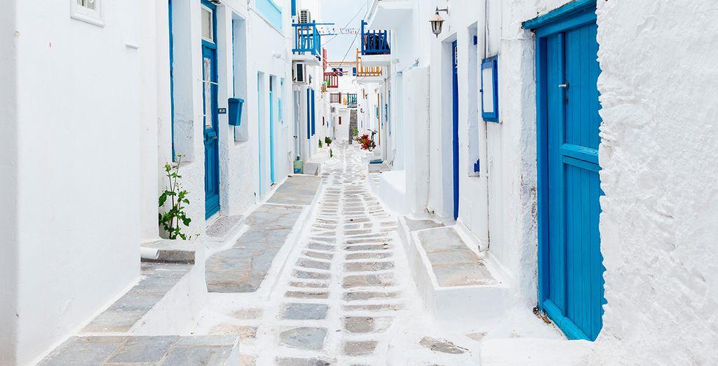Piccole case bianche con porte blu dipinte a mano