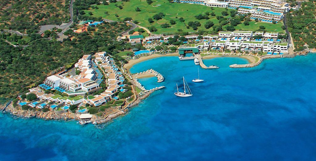 Situato una cornice tra le più belle di Creta, la Baia di Mirabello!