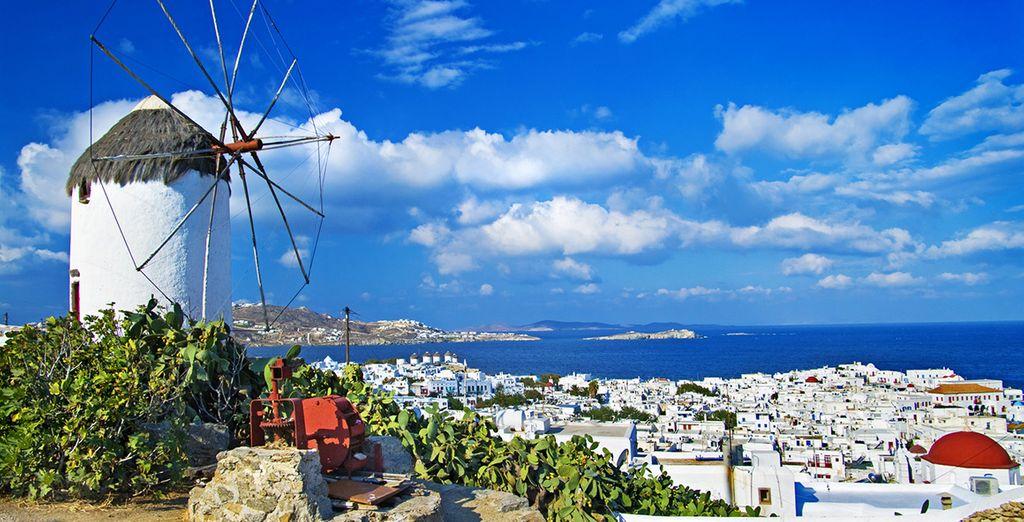 Piccole case bianche con porte blu dipinte a mano e mulini a vento: questo caratterizza Mykonos