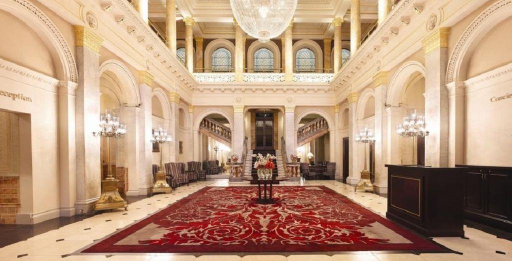 Gli interni raffinati che richiamano la tradizione londinese vi affascineranno