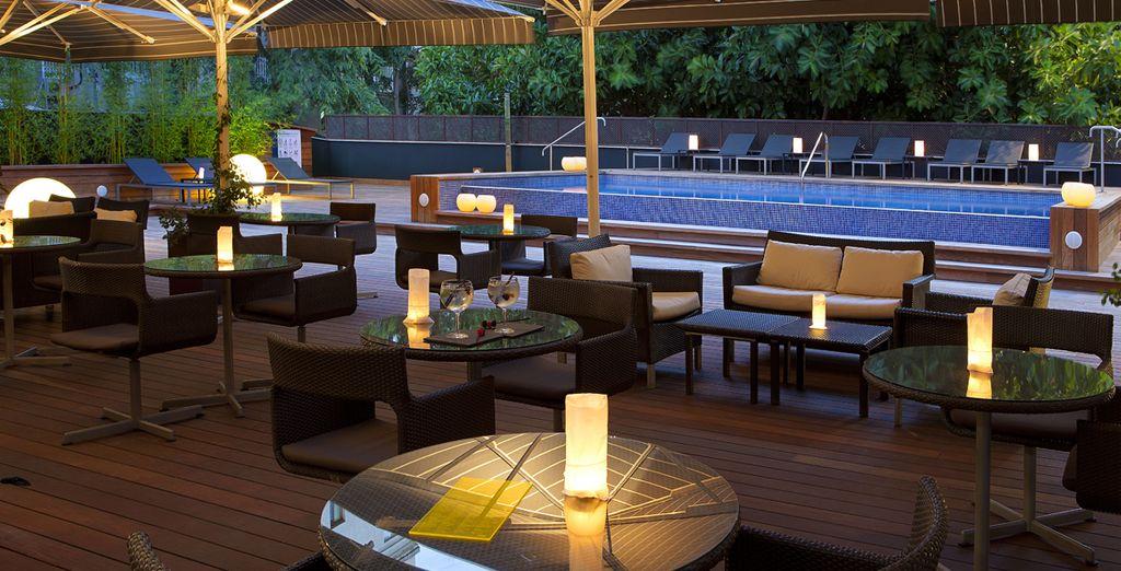 Assaporate un drink nella terrazza