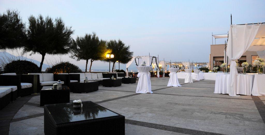 Concedetevi un cocktail a lume di candela dalla romantica terrazza