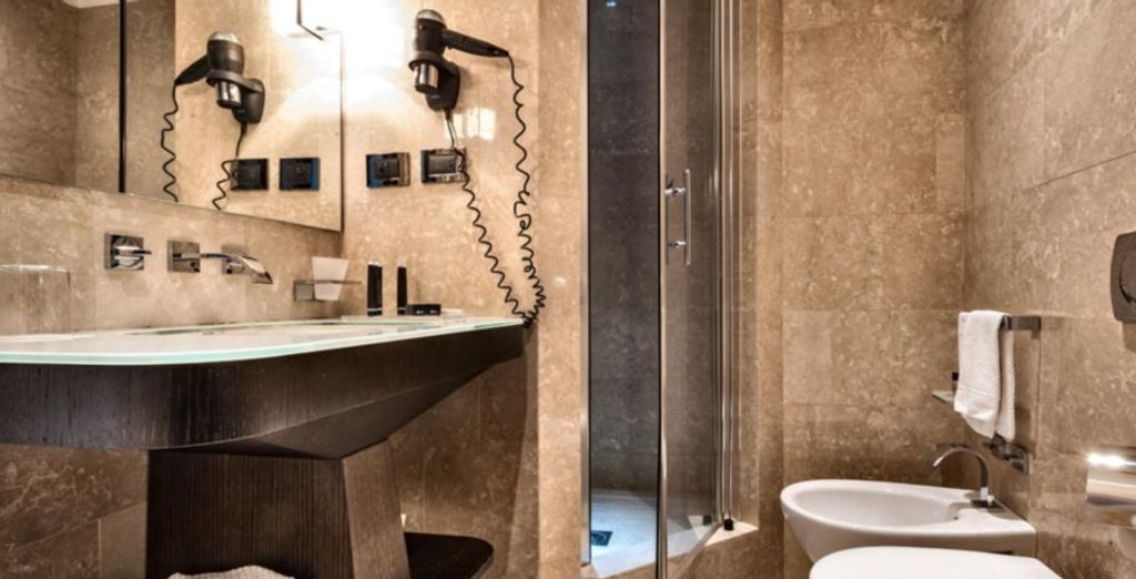 con bagno in marmo e set di cortesia