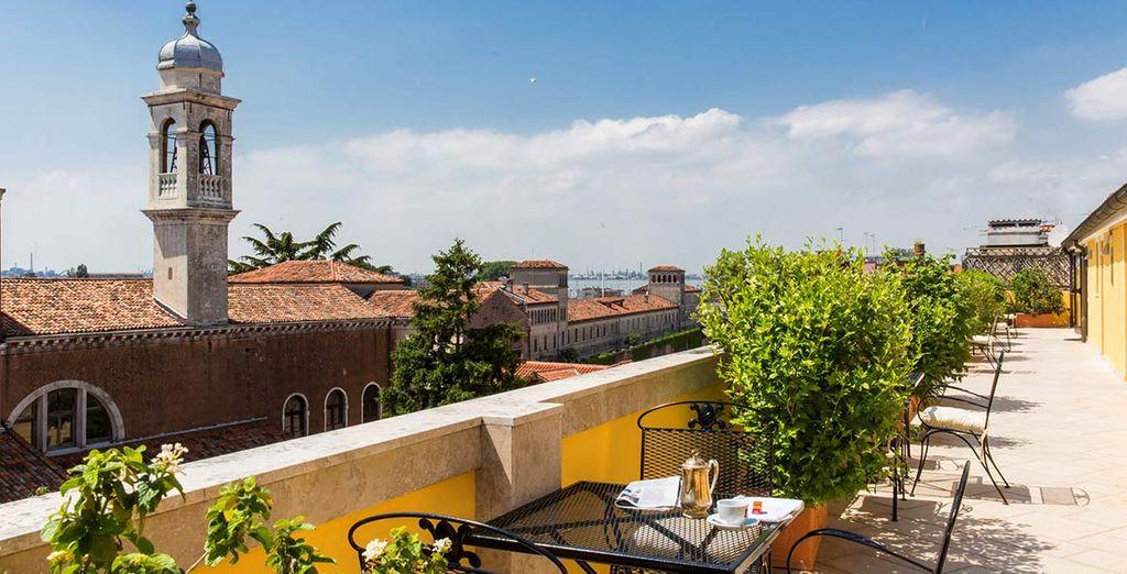 Oppure oziate sulla splendida terrazza dove trascorrere momenti di puro relax con vista sulla città