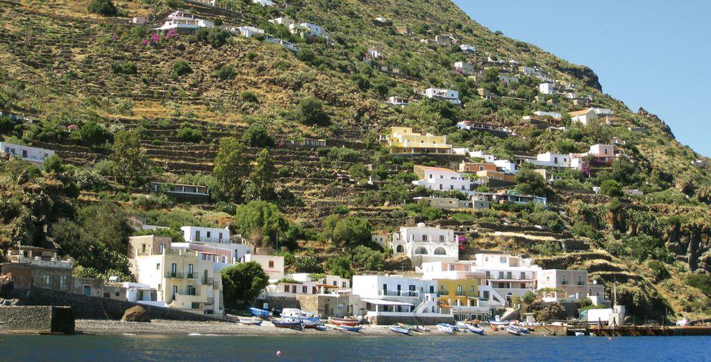 Alicudi e il suo porto: semplicità e tradizione
