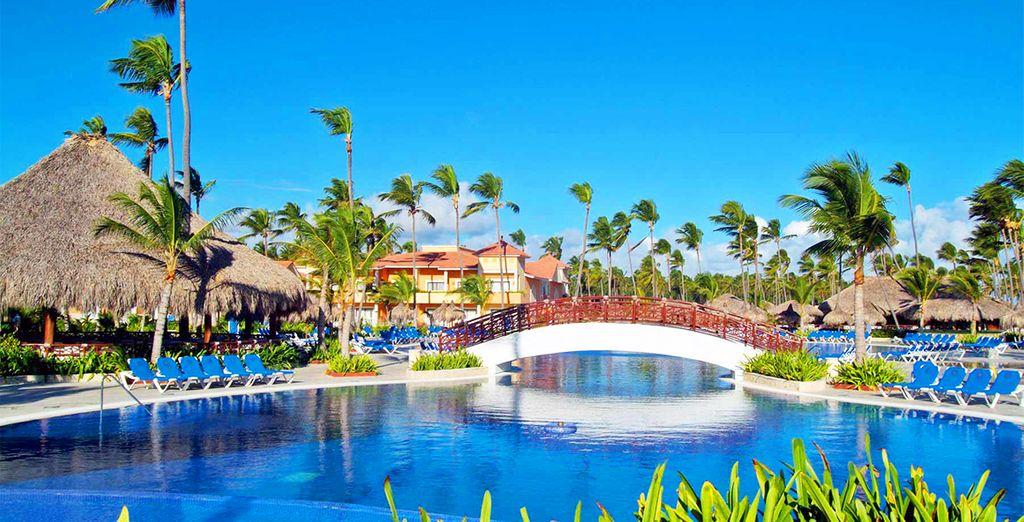 L'enorme piscina del Resort vi attende per una nuotata rigenerante