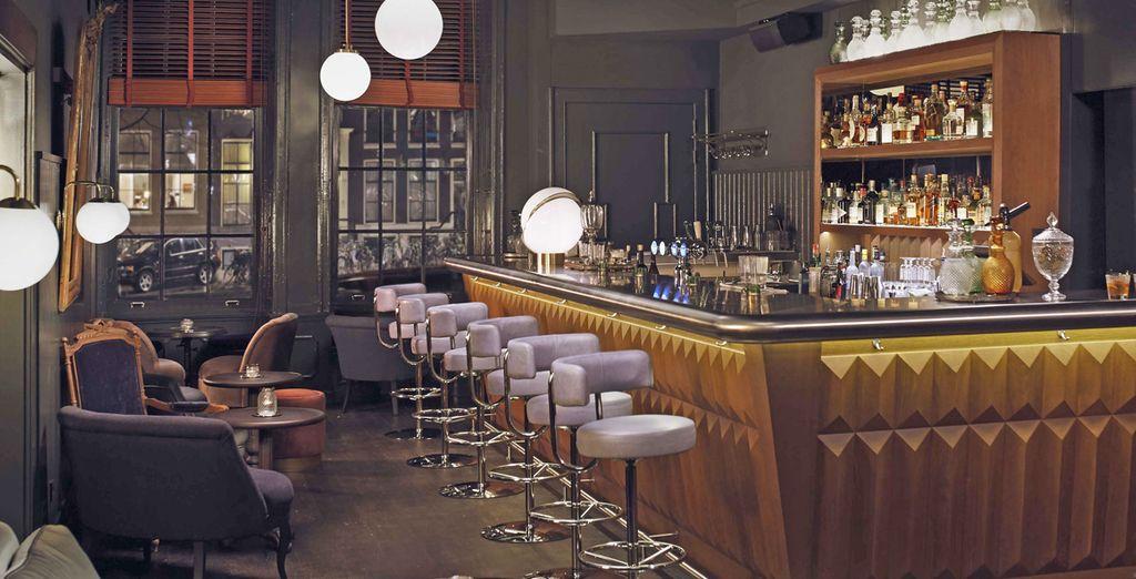 Assaporate rinfrescanti drink presso il bar dell'hotel