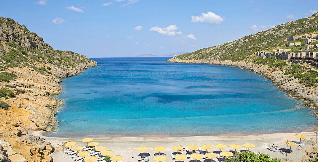 La magnifica spiaggia privata su cui si affaccia il resort è perfetta per trascorrere le vostre giornate