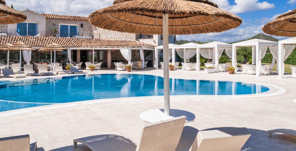 Concedetevi una nuotata rigenerante in piscina e abbronzatevi sotto il caldo sole