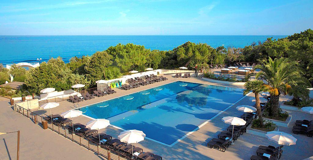 Hotel di lusso con piscina esterna riscaldata e area relax che si affaccia sugli splendidi paesaggi toscani in Italia