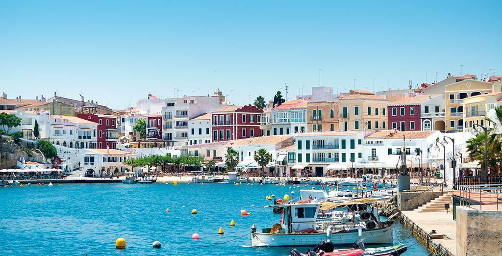 Fotografia della città di Mahon a Minorca e dei suoi edifici coloratissimi