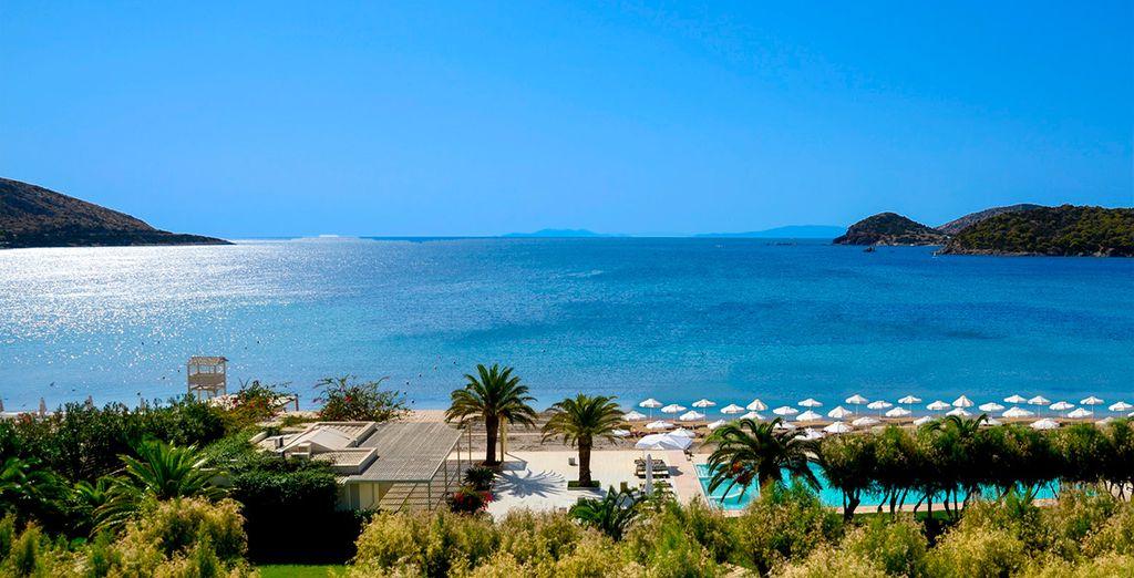 Fotografia della Grecia, hotel di alta gamma con piscina esterna e zona relax, spiagge di sabbia fine e coste rocciose che si affacciano sul Mediterraneo