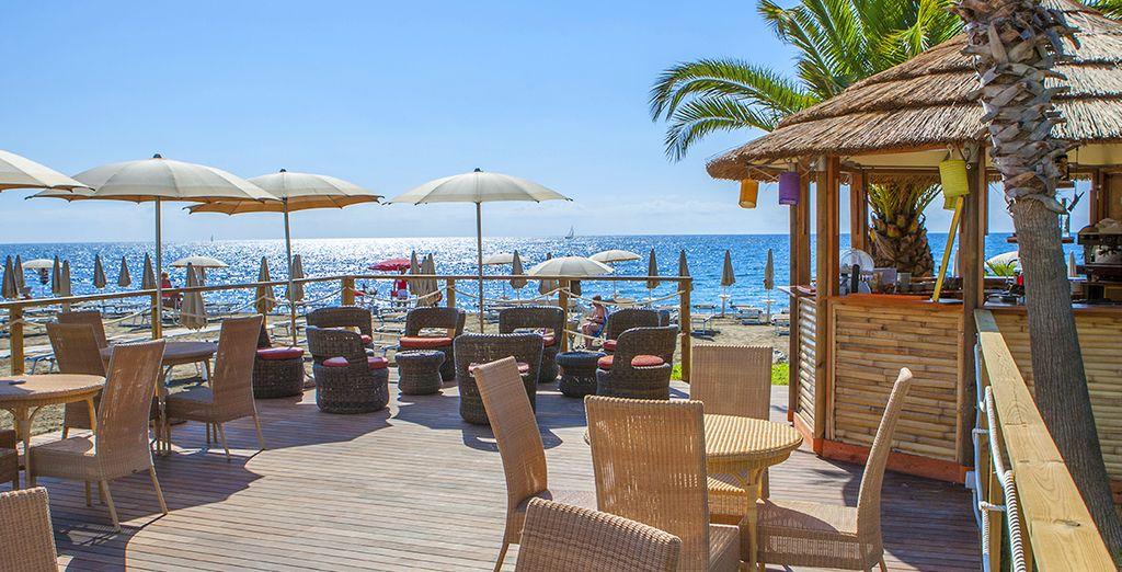 Hotel di lusso con bar e area relax di fronte al Mar Mediterraneo