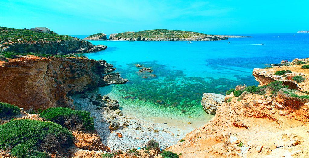 Fotografia dell'isola di Comino, delle sue coste rocciose e delle sue acque turchesi