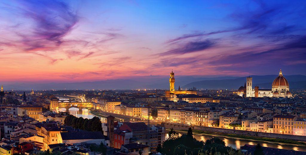 Fotografia della città di Firenze vista di notte, Italia