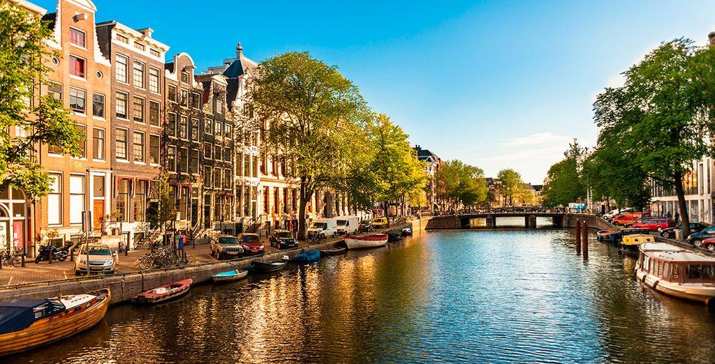 Fotografia di Amsterdam e dei suoi canali accompagnati da barche