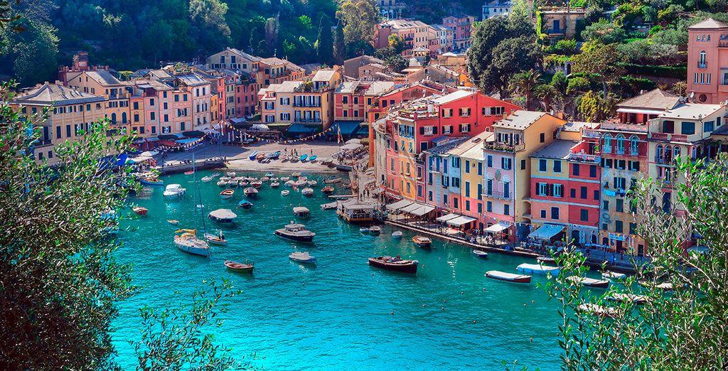 Fotografia del paese di Rapollo e delle sue case colorate in Italia, visto dall'alto