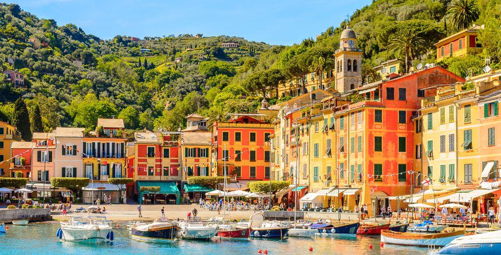 Fotografia della colorata città di Santa Margherite Ligure e delle sue spiagge che si affacciano sul Mar Mediterraneo