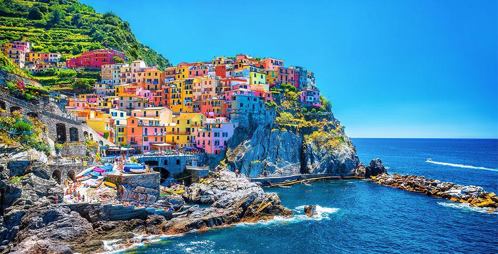 Fotografia dei coloratissimi borghi liguri sul percorso delle Cinque Terre