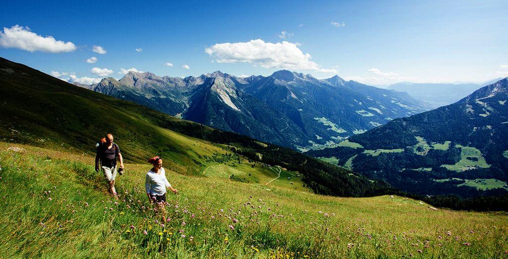 Fotografia delle verdi montagne dell'Alto Adige