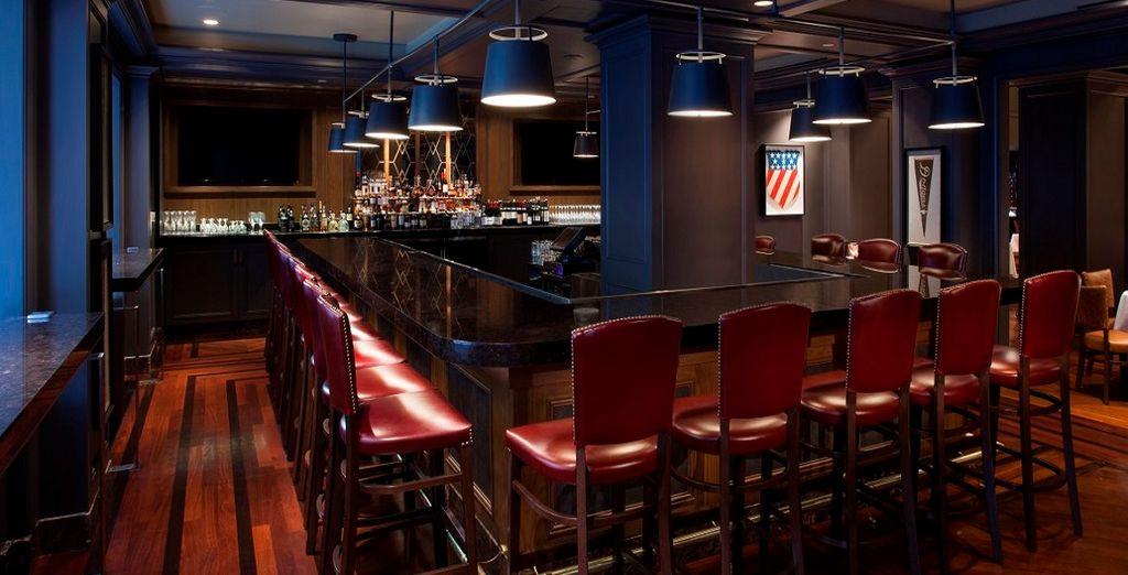 Sorseggiate un drink al bar per continuare la serata