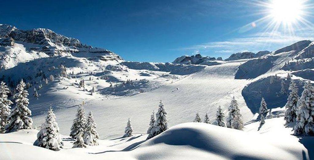 Immergetevi nello scintillio dei cristalli di neve: la vostra avventura inizia infilando gli sci da fondo oppure le racchette da neve!