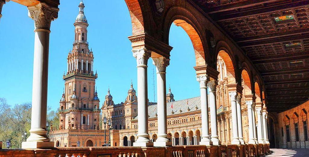 Con la meravigliosa città di Siviglia a fare da sfondo