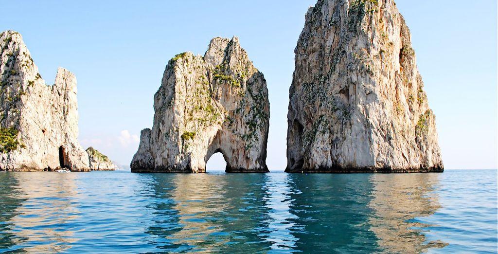 Se volete potrete partire alla volta delle isole vicine: Capri (in foto i Faraglioni) e Procida.