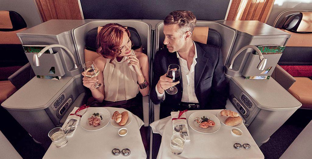 Con la Business Class di Alitalia viaggerete con sedute in pelle Poltrona Frau completamente reclinabili e una cucina pluripremiata.