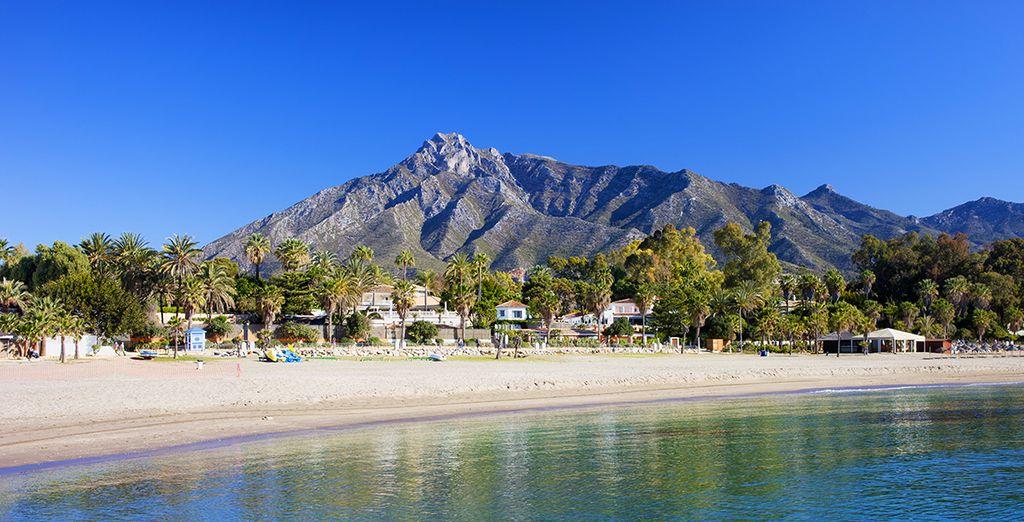Lasciatevi baciare dal sole spagnolo in spiaggia