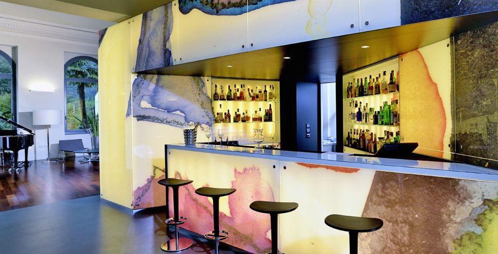 Neem een drankje bij de moderne bar