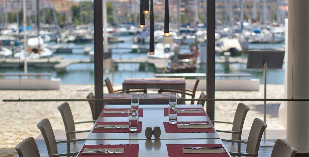 Proef de mediterrane keuken met uitzicht op de haven