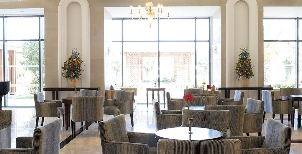 De goedverlichte lobby