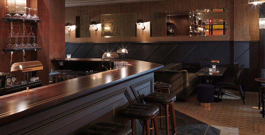Geniet van een cocktail in de bar van het hotel