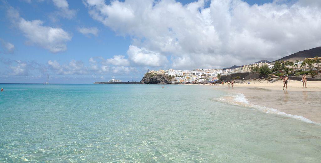 Stranden met kristalhelder water en wit zand