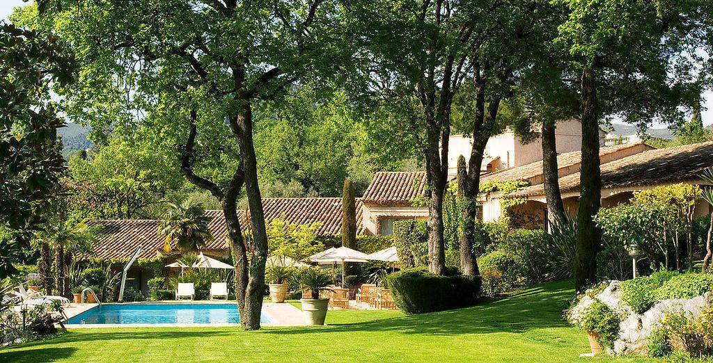 U verblijft in het hôtel Cantemerle in het hart van de Alpes-Maritimes