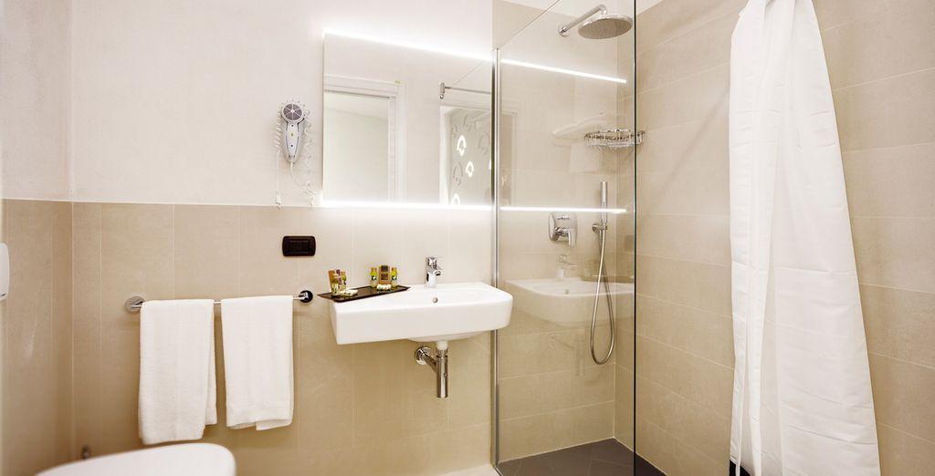 Met een volledig uitgeruste badkamer