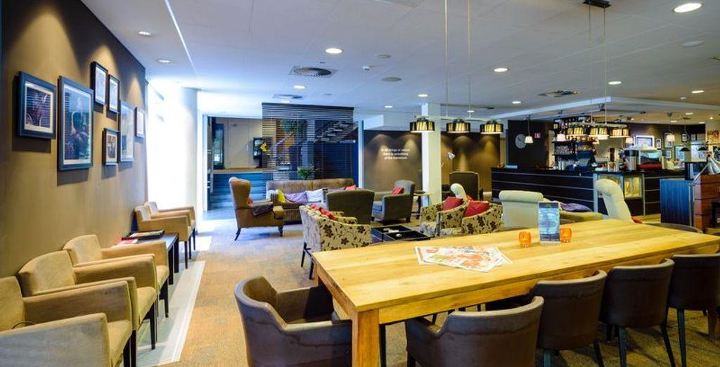 Een hotel met gezellige ruimtes