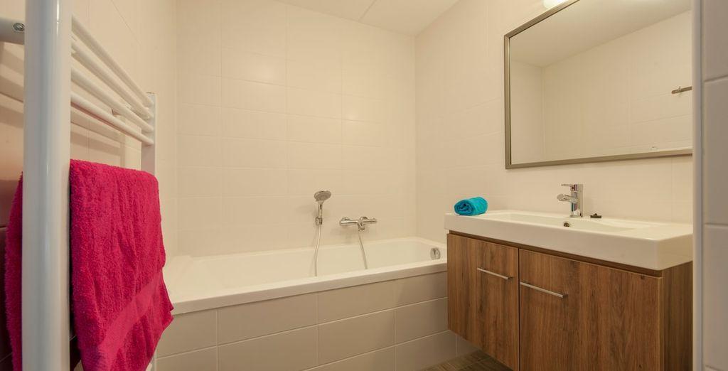 De badkamer is van alle moderne gemakken voorzien