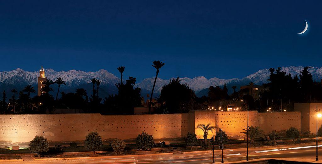 En bewonder de magische zonsondergang over de Medina