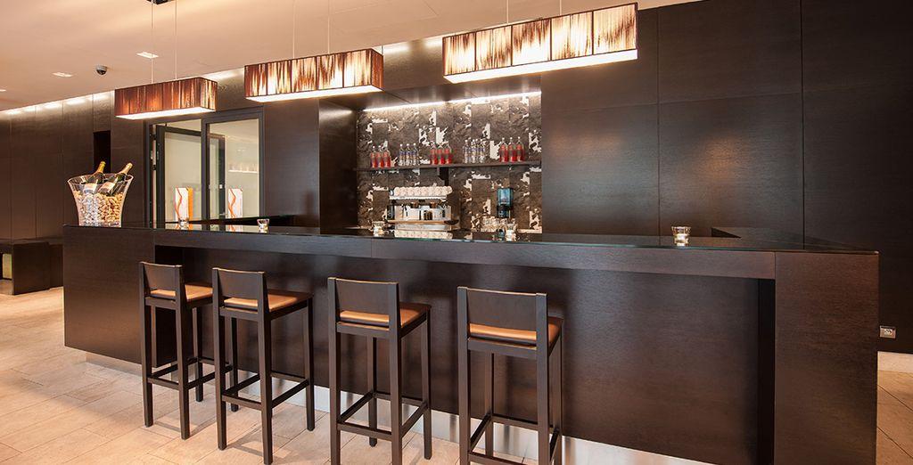 Geniet van een drankje in de bar aan het einde van uw dag!