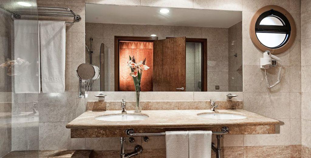Met een volledige uitgeruste badkamer