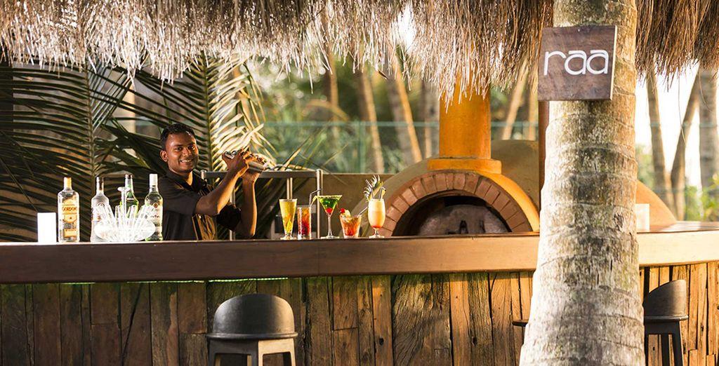 Nip aan een cocktail bij de bar