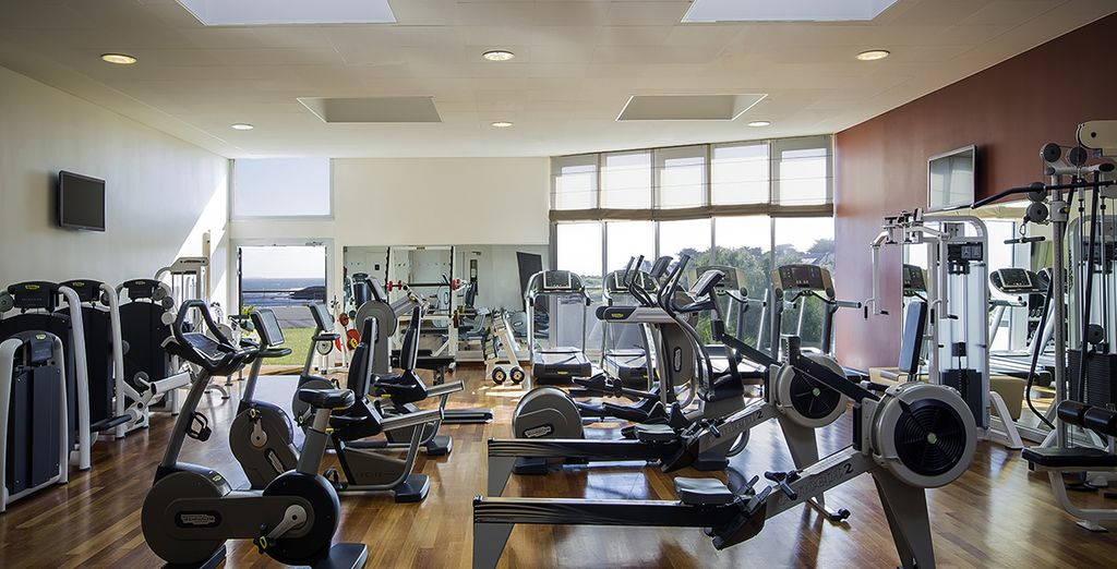 En volledig uitgeruste fitnessruimte