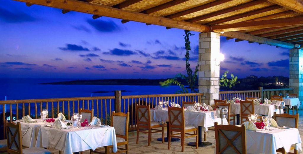 Of op het terras van een van de vele restaurants van het hotel