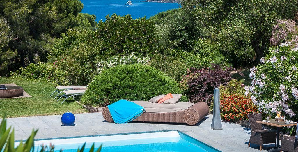 En relax aan de rand van het zwembad